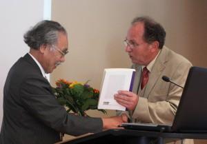 Präsident G. Banse übergibt die Ernennungsurkunde an Ehrenmitglied H. Kawai, Foto: D. Linke