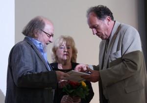 Übergabe der Urkunde an Ehrenmitglied Professor Georg Katzer (li.), Foto: D. Linke