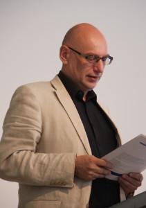 Herr Dr. Weist nimmt den Preis für den trafo-Verlag entgegen, Foto: D. Linke