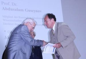 Übergabe der Urkunde an Ehrenmitglied Professor a. Guseynov (li.), Foto: D. Linke