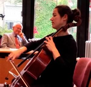 Der Jubilar genießt den Musikbeitrag; Foto: P.Knoll