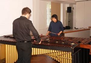 Die Musiker Lucas Böhm (Deutschland) und Li Fan (China) bei ihrer Darbietung