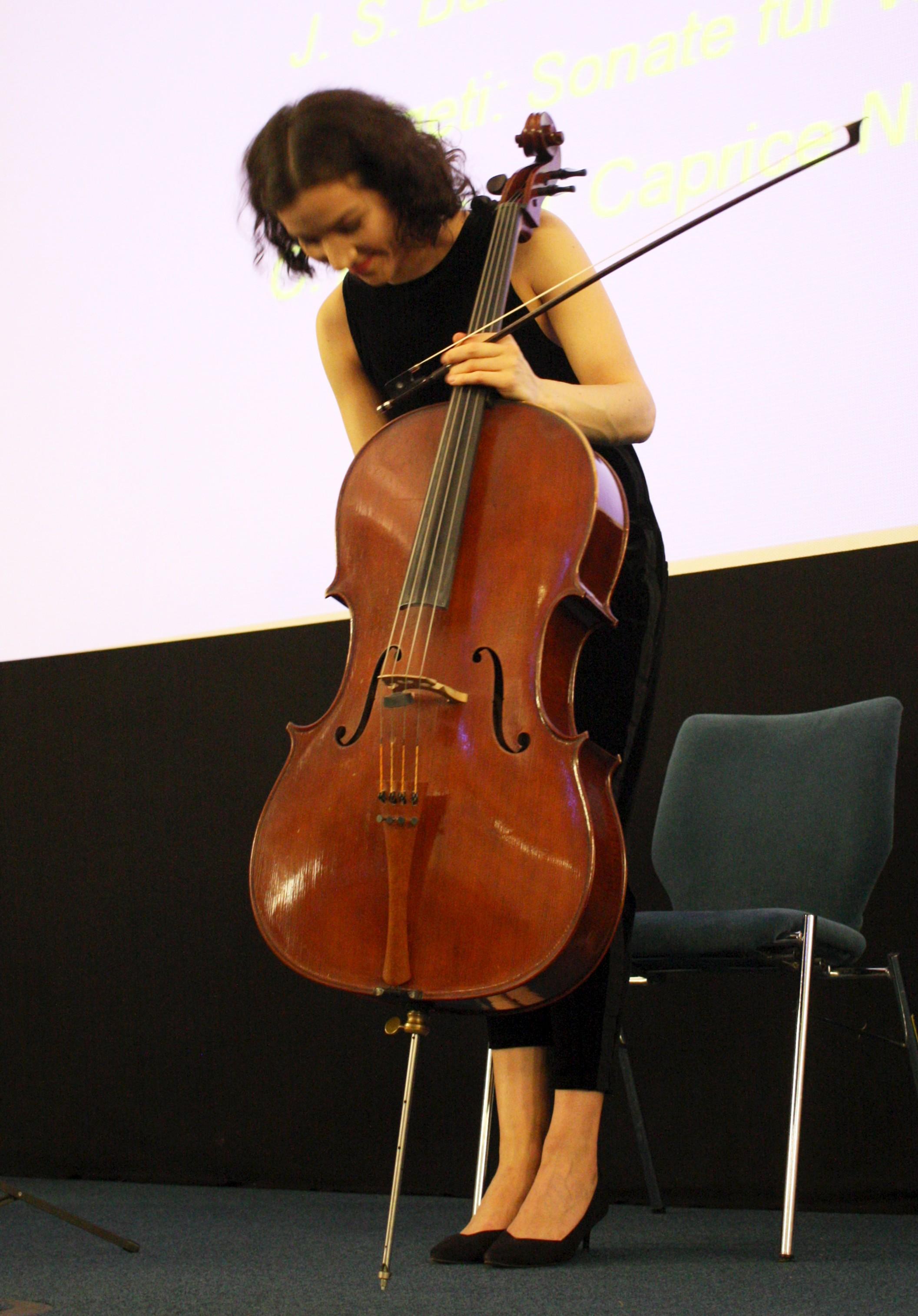 Leibniz-Tag 2017; Cellistin Natatlia Costiuc, nimmt den Dank für ihren Musik-Darbietung entgegen
