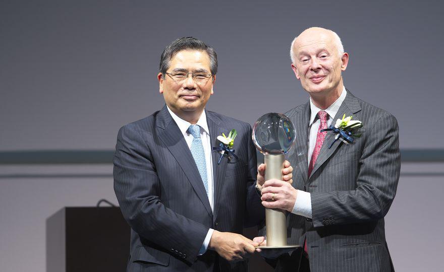 Kazuhiko Ishimura, Vorsitzender der Asahi Glass Foundation, und Hans Joachim Schellnhuber. (Foto: Asahi Glass Foundation); Quelle: Webseite des PIK