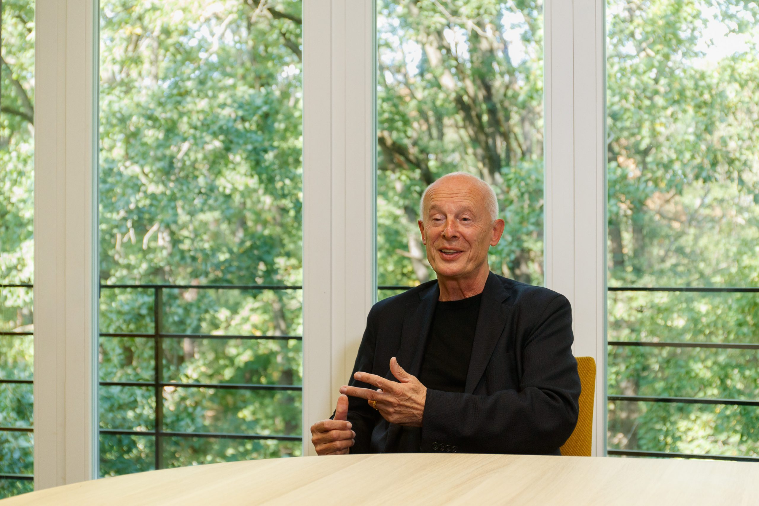 Home › PIK Members › Hans Joachim Schellnhuber › Portrait Gallery › Portrait Conversation I, Source: PIK/Karkow, 2020